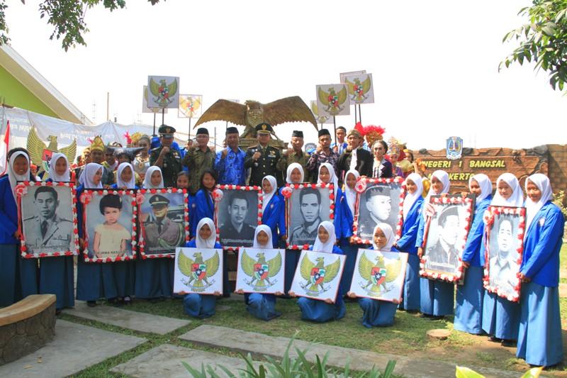 Dandim 0815 Letkol Kav Hermawan Weharima, SH., saat Upacara Hari Kesaktian Pancasila di SMAN Bangsal, Kab. Mojokerto