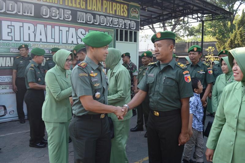 Dandim 0815 Mojokerto Letkol Kav Hermawan Weharima, SH., memberikan ucapan selamat kepada personel Kodim 0815 yang naik pangkat satu tingkat lebih tinggi dari pangkat semula
