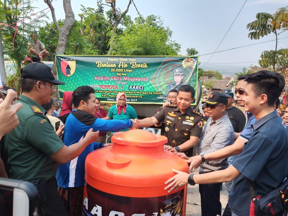 Dandim 0815 Mojokerto bersama Kacab IMM dan Ketua AAOCI saat menyalurkan air bersih dan menyerahkan bantuan tandon air bagi warga Dusun Gajah Mungkur Desa Manduro Manggung Gajah