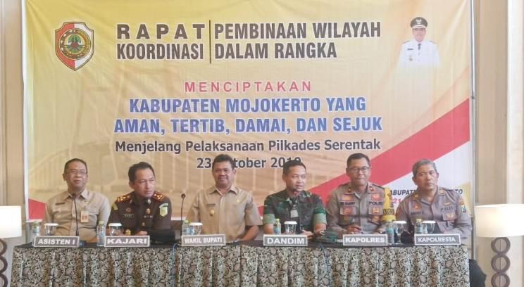 Dandim 0815 Letkol Kav Hermawan Weharima, SH., bersama Wabup dan Forkopimda saat Rakor Pembinaan Wilayah