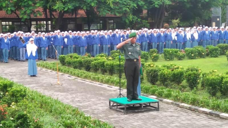 Danramil 0815/05 Gedeg Kapten Inf Mulyono saat menjadi Pembina Upacara di SMAN 1 Gedeg, Kecamatan Gedeg Kabupaten Mojokerto