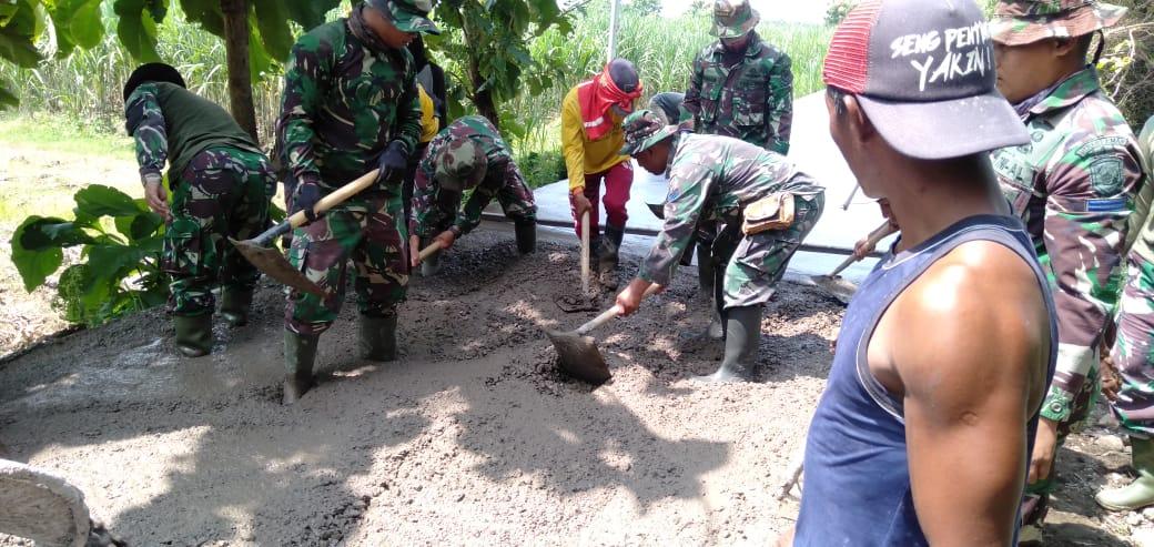 Personel Satgas TMMD bersama warga saat mengerjakan sasaran fisik di Desa Mojolebak Kecamatan Jetis Kabupaten Mojokerto