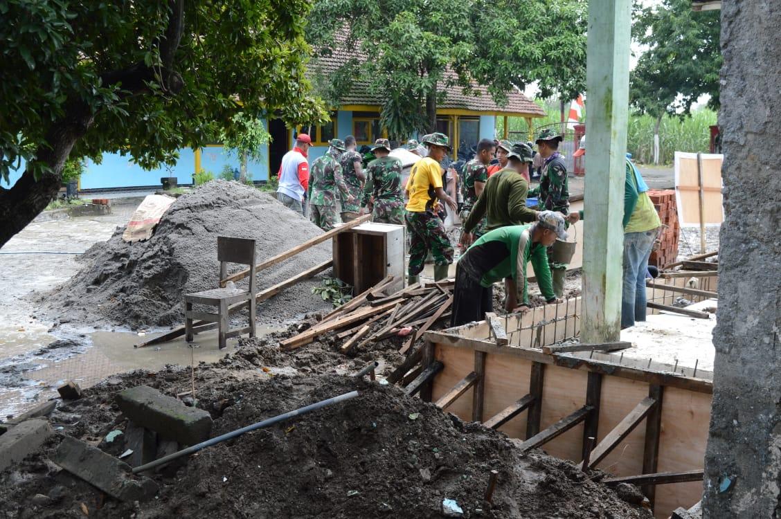 Kendati libur, tampak para Prajurit Satgas TMMD Ke-107 Kodim 0815/Mojokerto yang bertugas di Desa Mojolebak Kecamatan Jetis Kabupaten Mojokerto tetap bekerja seperti biasa