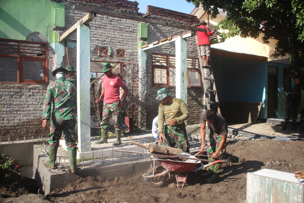 Anggota Satgas TMMD Ke-107 Kodim 0815/Mojokerto sedang mengerjakan sasaran fisik di lokasi TMMD, Desa Mojolebak Kecamatan Jetis Kabupaten Mojokerto