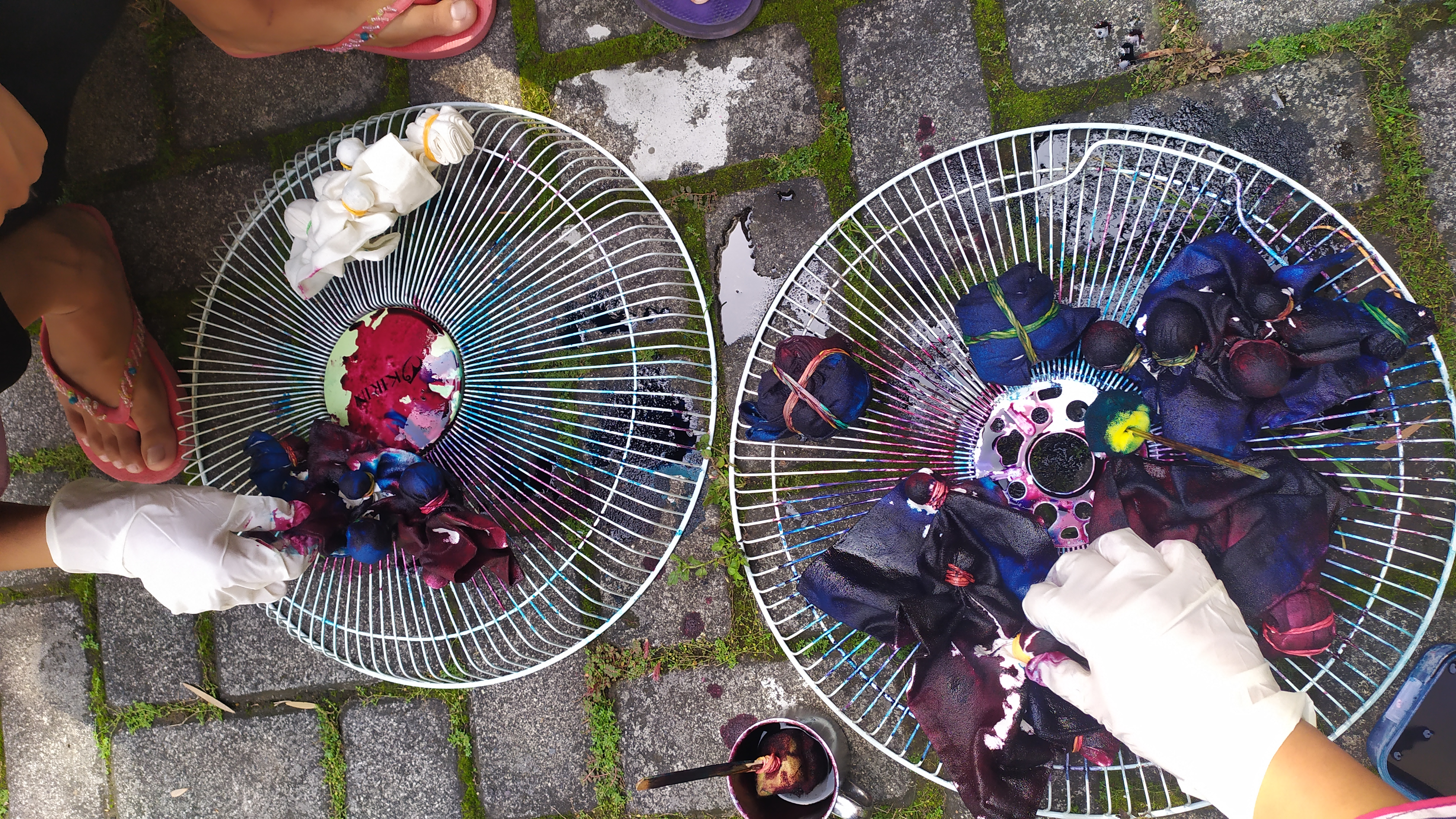 Proses pembuatan batik jumput oleh mahasiswa KKN UM Desa Senggreng 2020
