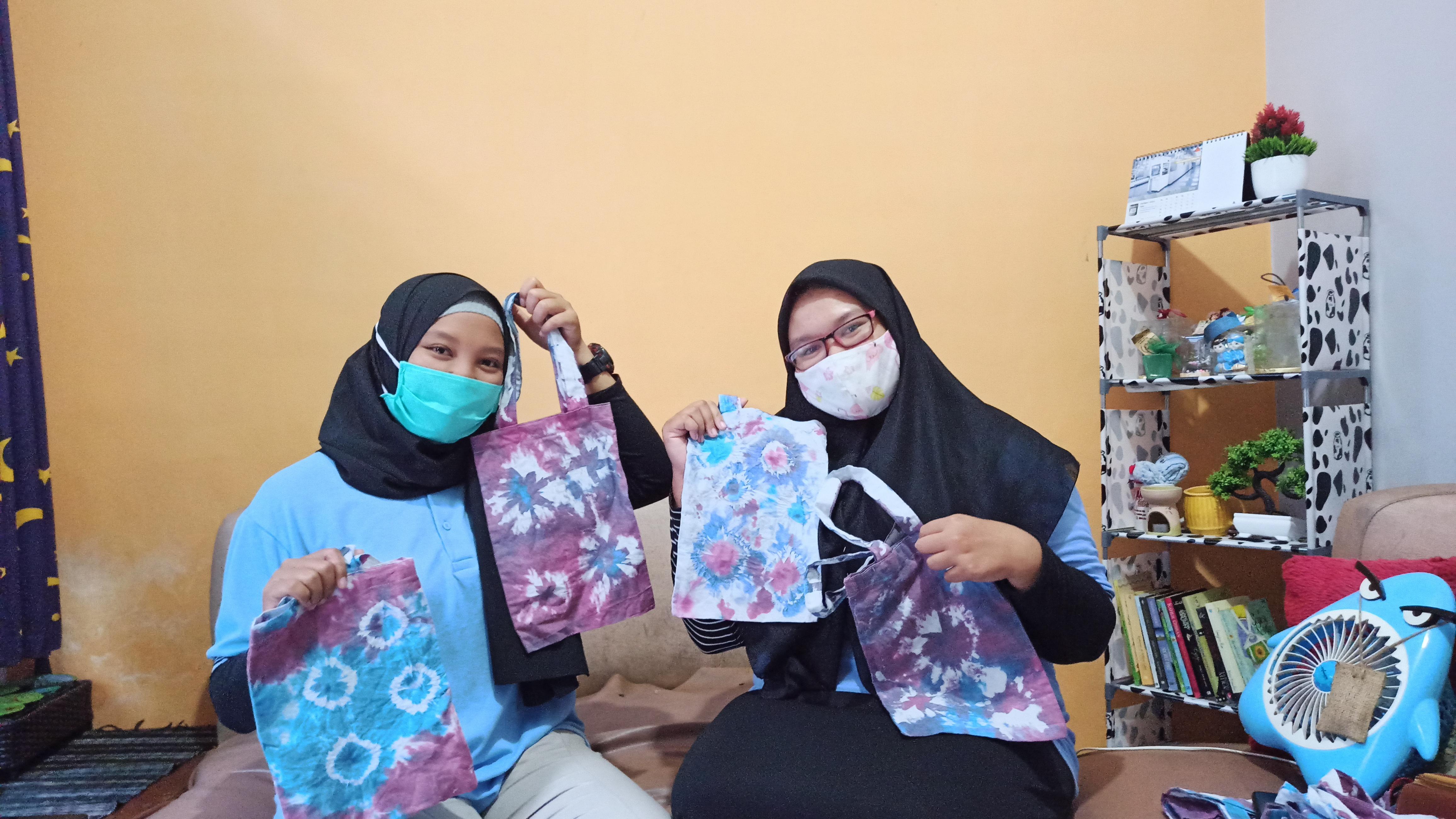 Mahasiswa KKN UM berfoto dengan tas tote bermotif batik jumput yang sudah jadi
