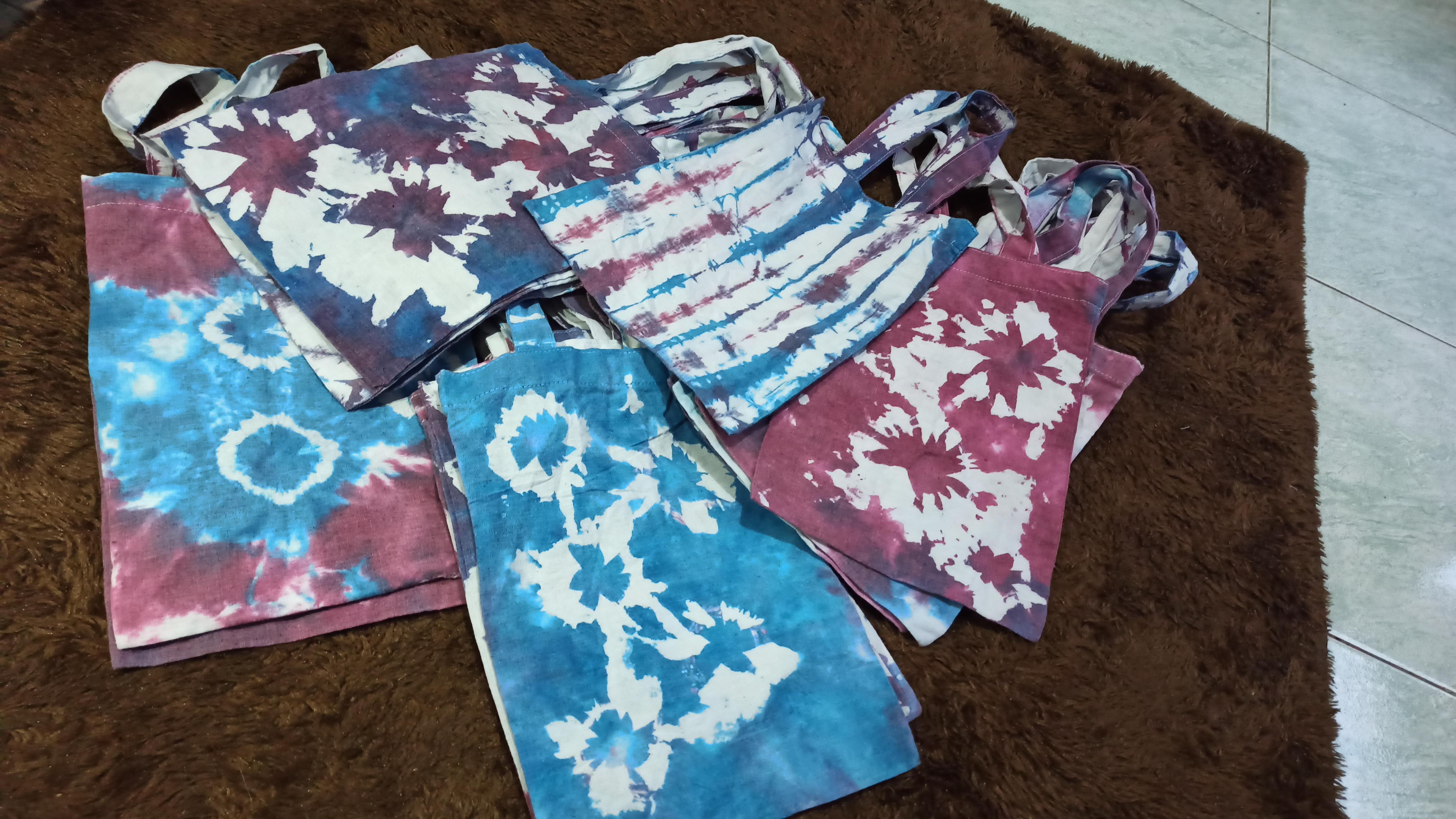 Tas tote motif batik jumput yang sudah jadi dan siap dibagikan ke warga Desa Senggreng