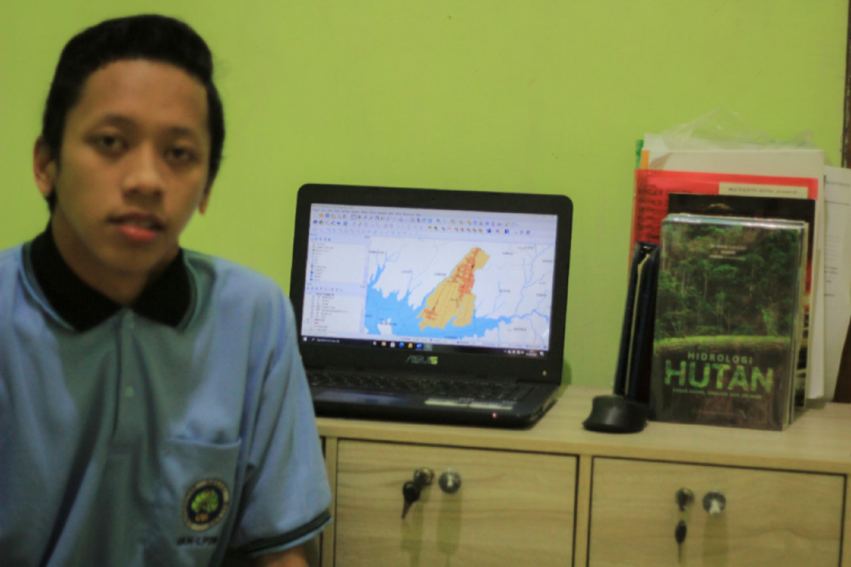 Dicky Setiawan, mahasiswa KKN UM yang mengerjakan pembaruan peta administrasi dan pembuatan peta potensi wisata Desa Senggreng