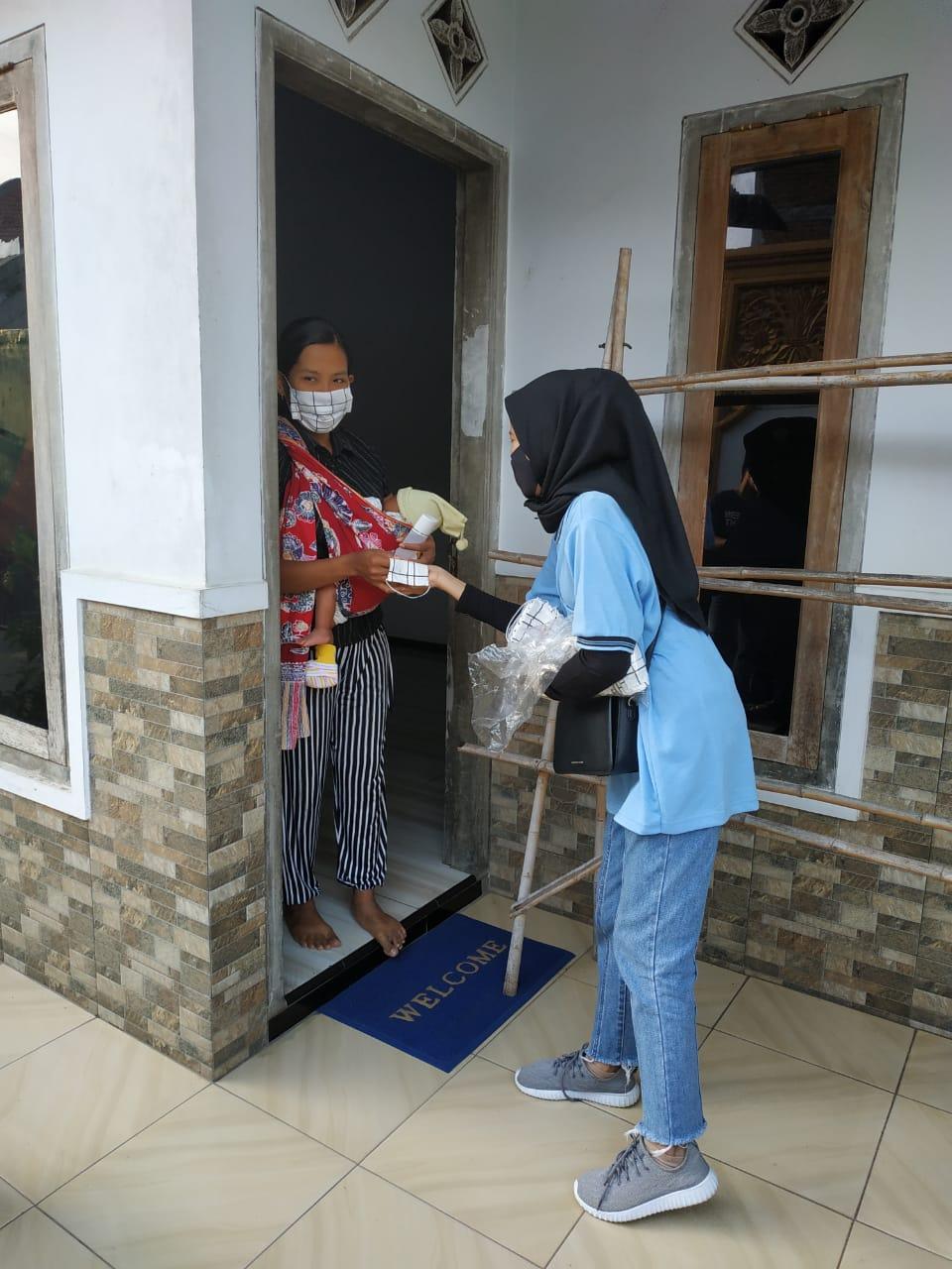 Pembagian masker & hand sanitizer kepada warga Dusun Gentong, Desa Tirtomoyo (dok. pribadi)